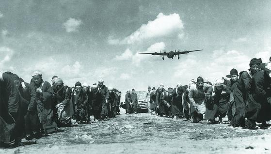항일전쟁 기간 공군기지 건설에 동원된 윈난의 소수민족. [사진 김명호]