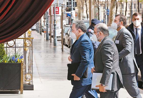 압바스 아락치 이란 외무부 차관(왼쪽)이 지난 6일 오스트리아 빈에서 이란 핵합의 복원 협상을 위해 회의장에 들어서고 있다. [신화=뉴시스]