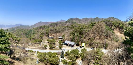 충북 제천시 시랑산 중턱에서 바라본 박달재(453m). 사진 하단의 여러 기념물처럼, 박달-금봉의 러브스토리, 김취려 장군의 격전지, 반야월 선생의 노래 무대 등의 이야기들이 뒤섞여 있는 곳이다. 김홍준 기자