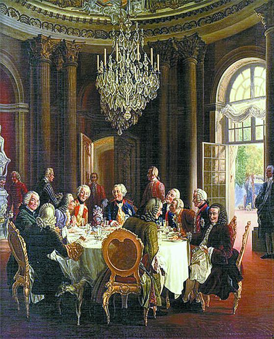 프리드리히 대왕(테이블 맨 왼쪽에서 다섯째)이 포츠담에 있는 상수시궁전(아래 사진)에서 철학자 볼테르(맨 왼쪽에서 셋째)와 대화를 나누고 있다. [중앙포토]