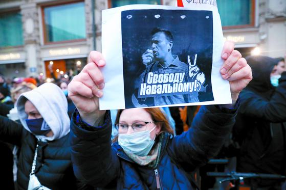 지난 21일 러시아 모스크바에서 한 시민이 '나발니에게 자유를'이라고 적힌 종이를 들고 나발니 석방 촉구 시위를 벌이고 있다. [AP=연합뉴스]