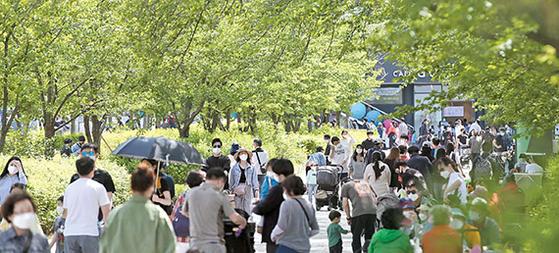 지난달 25일 과천 서울대공원이 나들이를 나온 시민들로 북적이고 있다. 정부는 현행 거리두기 단계를 3주간 더 연장하기로 했다. [뉴시스]