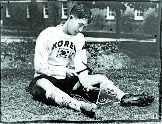 1948년 런던 올림픽에 출전한 축구 대표팀 홍덕영 골키퍼가 망치로 축구화를 수선하고 있다. 함께 출전했던 선수들이 이 사진에 사인을 했다. [사진 이재형 축구자료수집가]