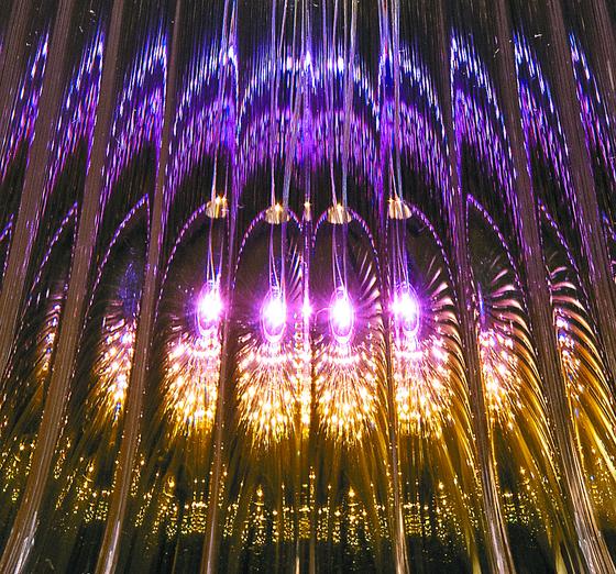 투명 폴리카보네이트에 비친 영롱한 불빛.