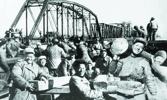 1954년 동북군구가 배포한 50군의 북한철도 복구작업 사진. 합성 흔적이 역력하다. [사진 김명호]