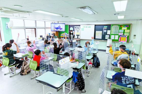 지난달 27일 오후 서울 장충동 서울충무초등학교에서 이중언어 수업이 진행되고 있다. 수업에 참여한 학생들은 러시아 명소 그림에 색칠을 하고, 러시아어 단어를 직접 써보기도 했다. 서울충무초는 러시아계 다문화가정 학생이 증가하자 2018년부터 이중언어 수업을 정규 교과목으로 편성했다. 현재 전교생이 주 1시간씩 러시아어를 배우고 있다. 정준희 인턴기자