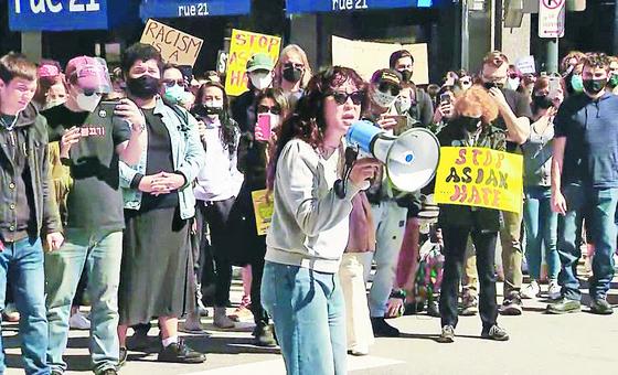 지난 3월 미국 피츠버그에서 열린 인종혐오 반대 시위에 나선 한국계 배우 샌드라 오. [중앙포토]