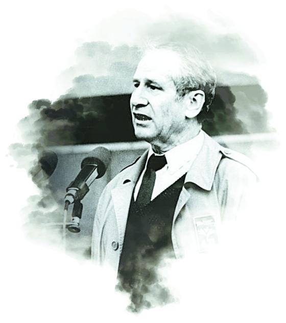 마르쿠스 볼프가 1989년 동베를린 알렉산데르 광장의 시위대 앞에서 개혁 촉구 연설을 하고 있다. [독일연방문서보관소]