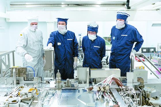 이재용 삼성전자 부회장(왼쪽 둘째)이 지난해 10월 네덜란드 에인트호번에 위치한 반도체 장비업체 ASML를 방문해 생산과정을 살펴보고 있다. [중앙포토]