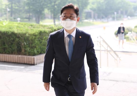 """박범계 법무부 장관이 정부과천청사 법무부로 출근하고 있다. 박 장관은 최근 """"증권합수단 부활을 검토하고 있다""""고 밝혔다. [뉴스1]"""