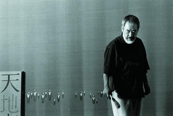 1990년대 스튜디오에서 작업 중인 화가 김창열. [사진 갤러리현대]