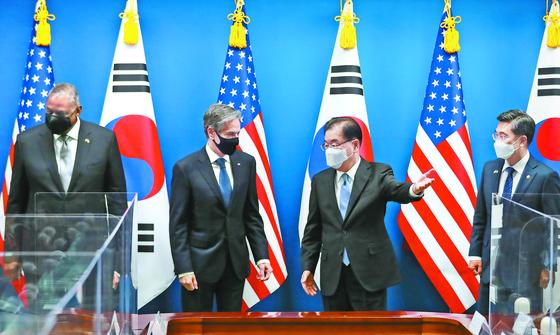 정의용 외교부 장관과 토니 블링컨 미국 국무장관(왼쪽 셋째와 둘째)이 지난 3월 18일 외교부 청사에서 열린 한·미 외교·국방장관 회의에서 얘기를 나누고 있다. [중앙포토]
