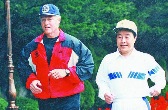 김영삼 전 대통령이 1993년 7월 청와대에서 빌 클린턴 전 미국 대통령과 조깅을 함께하고 있다. [중앙포토]