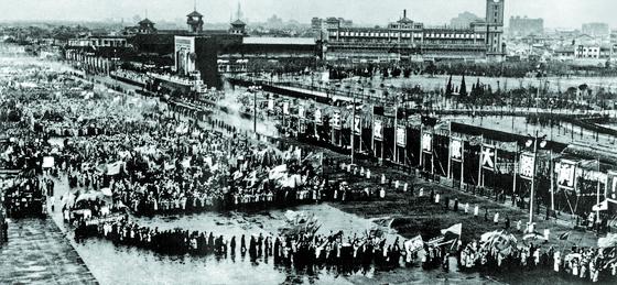 1956년 봄, 상하이에서 열린 사회주의 개조 승리를 기념하는 군중대회. [사진 김명호]