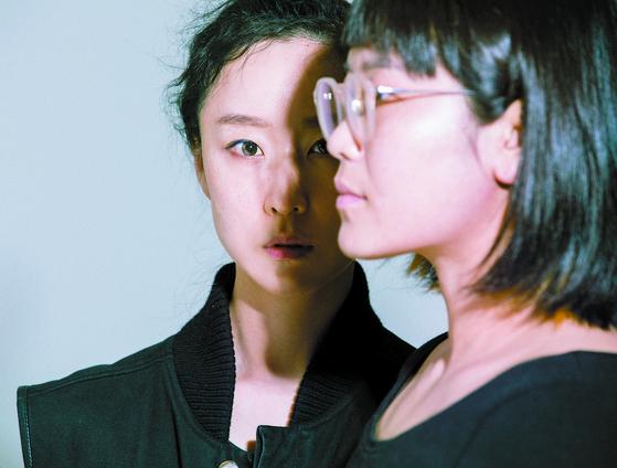 국립현대무용단 기획공연 '그 후 1년'에서 각자 포스트 코로나를 테마로 한 작품을 선보이는 현대무용가 김보라(왼쪽)와 권령은. [사진 BAKI]