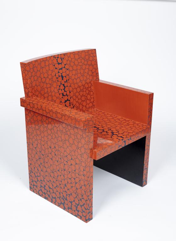 최종관 채화칠기 장인이 에트로 쏘트사스를 오마주한 의자. [사진 한국황실문화갤러리]