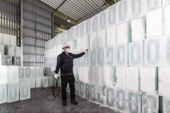 지난 6월 1일 오후 경북 포항수협 직원이 이곳 제빙공장에서 만든 얼음을 살펴보고 있다. 김현동 기자