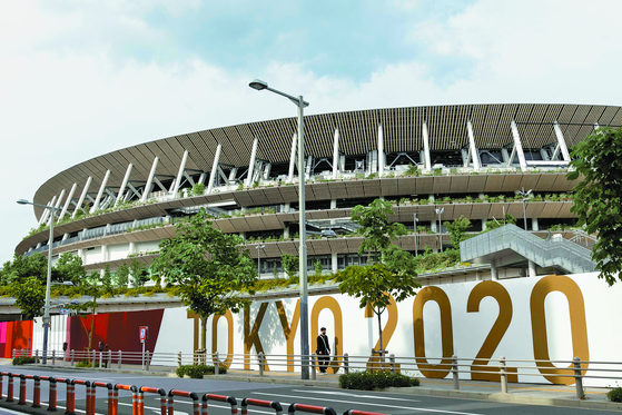 담장 디자인 작업을 진행하며 개막 준비에 한창인 도쿄올림픽 주경기장. 하지만 여러 악재가 겹쳐 우려가 깊어지고 있다. [AFP=연합뉴스]