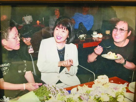 생전 장영희 서강대 영문과 교수를 위해 조영남씨가 2005년 열어준 생일 파티 장면. 왼쪽부터 화가 김점선, 장 교수, 조영남씨. [사진 조영남]