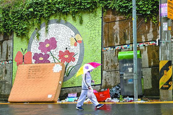 지난 3일 서울 은평구 불광2동 향림마을 담벼락 벽화 앞에 쓰레기가 쌓여있다. 이 마을은 2018년부터 도시재생사업의 하나로 골목길 정비와 벽화 작업 등이 진행됐다. 정준희 인턴기자
