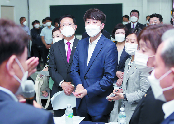이준석 국민의힘 대표가 18일 전북 군산에서 전기차 생산 공장을 둘러보고 있다. [연합뉴스]