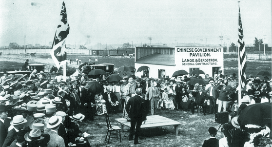 의화단 사건 종식 후, 미국과 중국은 왕래가 빈번했다. 1903년, 세인트루이스 엑스포 중국관 기공식에서 연설하는 중국대표. [사진 김명호]