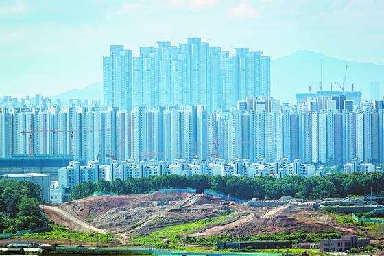 대한민국은 아파트 공화국이다. 전국의 아파트 수는 1128만호(2019년 기준)로 전체 주택의 62%에 달하지만, 아직도 공급이 수요에 훨씬 못 미친다. 아파트가 가장 많은 지자체는 경기도(302만호)다. 서울(172만호)보다 많다. 전체 주택 대비 아파트의 비율은 세종시(85%)가 가장 높다. 사진은 저층·고층·초고층 아파트가 공존하는 경기도 고양시·파주시의 아파트 단지 모습. 박종근 기자