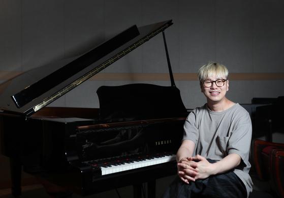 """이진욱 음악감독은 """"수목원에 바람쐬러 오는 느낌으로 공연장에 와달라""""고 전했다. 신인섭 기자"""