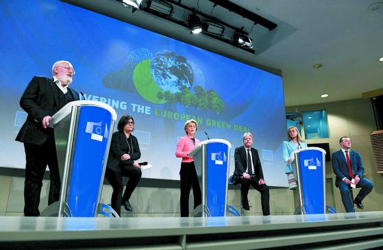 지난 14일(현지시간) EU 집행위원회가 탈탄소 정책의 핵심 법안을 담은 '핏포55'를 발표했다. [AFP=연합뉴스]