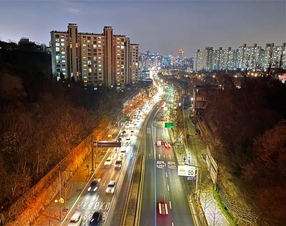 지난 12월 21일 퇴근길 차들이 무악재에서 홍제로 넘어가고 있다. 무악재가 6차선 도로로 넓혀진 건 1966년 11월이다. 김홍준 기자