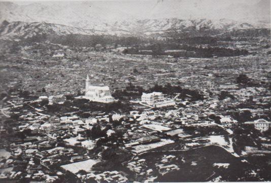 1905년 남산에서 바라본 서울 전경. 우측 상단에 창덕궁과 가운데 명동성당이 보이는데, 일본인이 거주한 진고개 일대는 명동성당 남쪽이다. [사진=한국의백년]