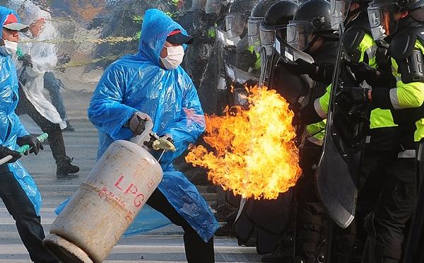 과격 시위 진압 훈련 장면