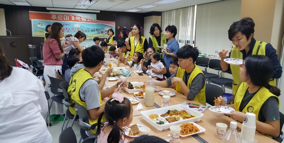 지난 8일 푸르미가족봉사단 교육장에서 외국어고 봉사단 가족들과 다문화 가족이 함께 추석명절을 앞두고 한국 전통음식. 문화를 체험하며 즐거워 하고 있다.사진=푸르미봉사단