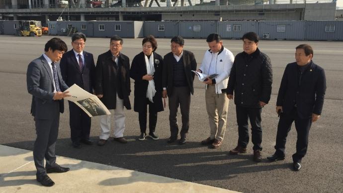 19일 인천시의회 건설교통위원회 의원들이 인천항 신국제여객터미널에서 관계자의 설명을 청취하고 있다. 사진=IPA