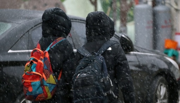 21일 오후 강원 평창군 대관령면에서 학생들이 첫눈을 맞으며 걷고 있다. 연합