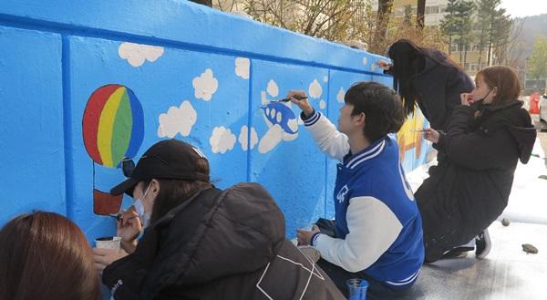 가천대학교 예술대학 학생들이 경기도 성남시에 위치한 임대아파트에서 벽화를 그리며 재능나눔 봉사활동을 펼치고 있다. 사진=가천대학교