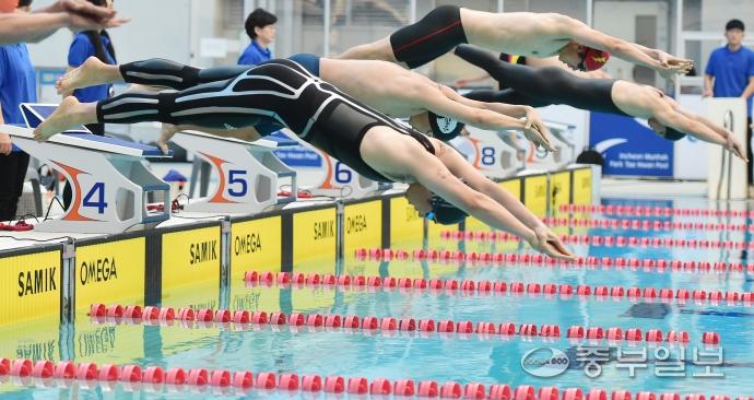 2018 인천 전국마스터즈 수영대회 성인 50m 자유형 부문에 출전한 선수들이 힘찬 출발을 하고 있다. 윤상순기자