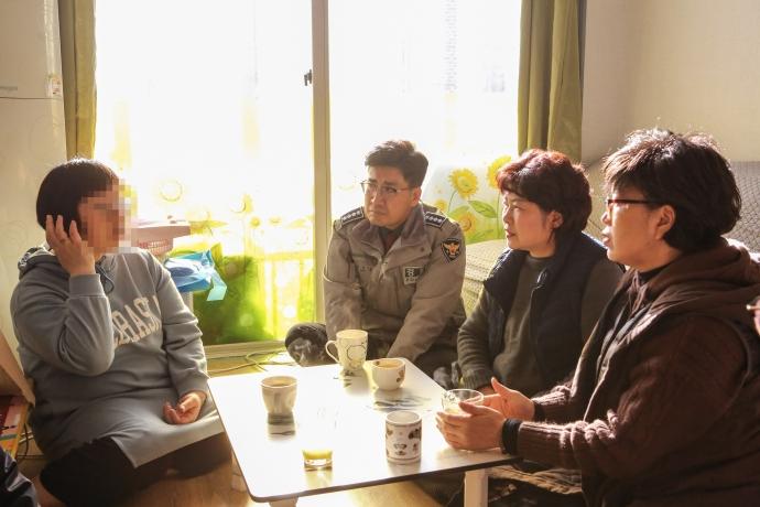 용인동부경찰서, 경찰서 협력단체인 '희망의 등대', 용인시 자원봉사센터 관계자들이 18일 범죄피해로 인해 어려움을 겪고 있는 사회취약계층 가정을 방문한 모습. 사진=용인동부경찰서