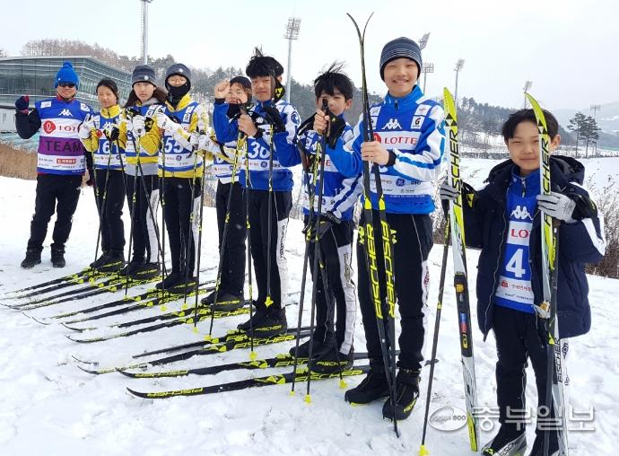 20일 평창 알펜시아 크로스컨트리스키센터에서 제100회 전국동계체전에 출전한 G스포츠 스키클럽 선수들이 김기영 코치와 기념촬영을 하고 있다. 평창=장환순기자