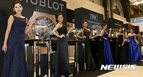 29dd8cf3b53 【부산=뉴시스】하경민 기자 = 19일 롯데백화점 부산본점 에비뉴엘라운지에서 열린 '럭셔리 워치 패션쇼'에 참가한 모델들이 각종 최고급  시계를 선보이고 있다.