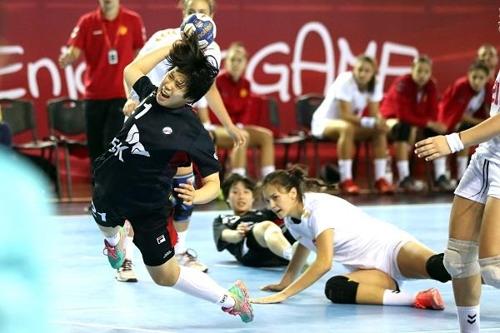 슛을 던지는 한국 대표팀 이다은. [국제핸드볼연맹 인터넷 홈페이지 사진 캡처]