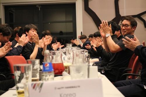 사우디전을 마치고 해단식을 하는 남북 단일팀 선수단.