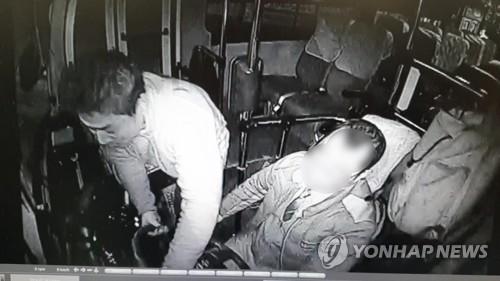 버스에 올라타 핸들 좌우로 꺾는 박정태