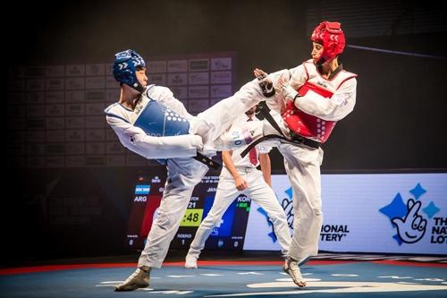 남자 58㎏급 장준(왼쪽)이 준결승전에서 경기하는 모습.
