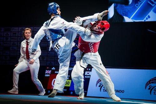 2019 맨체스터 세계태권도선수권대회 남자 68㎏급 준결승에서 공격하는 이대훈(왼쪽)