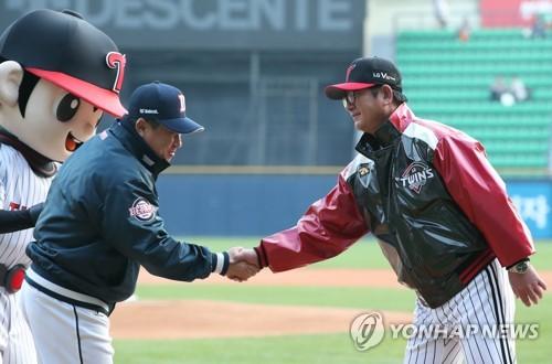 악수하는 김태형 두산 감독(왼쪽)과 류중일 LG 감독