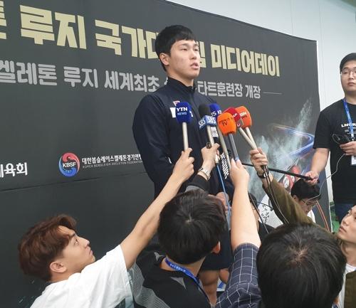 인터뷰하는 윤성빈