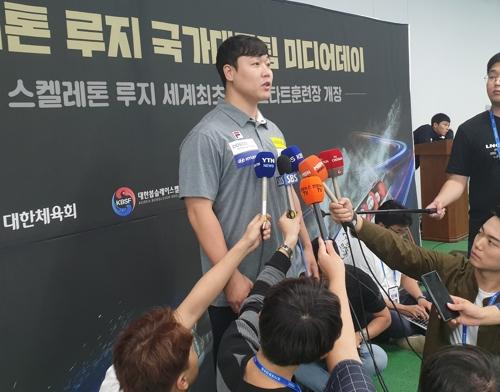 인터뷰하는 원윤종