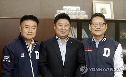 3년 재계약한 김태형 두산 베어스 감독(중앙)