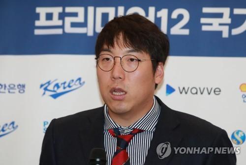 취재진 질문에 답하는 김현수